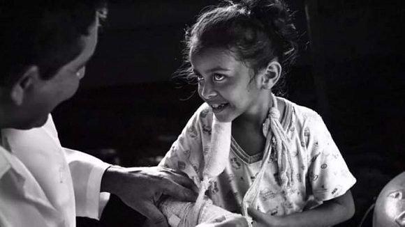 Médico cubano atiende a una niña brasileña. Foto: Araquém Alcântara.