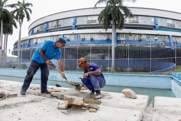 El Complejo de Piscinas de la Ciudad Deportiva es reparada, luego de varios meses sin funcionar. Foto: Roberto Morejón