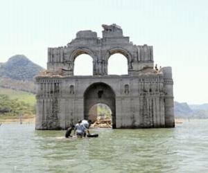 Iglesia del siglo XVI emerge en medio de un embalse en México