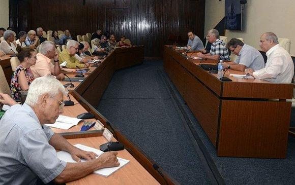 Mandatario cubano intercambia con intelectuales