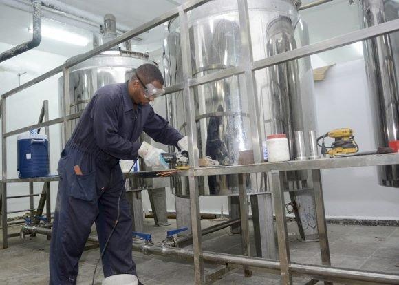El equipamiento necesario para la elaboración de la mezcla en la UEB Helados Coppelia es completamente nuevo. Foto: Abel Rojas Barallobre