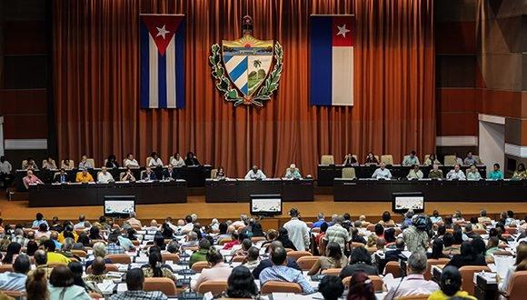 Asamblea Nacional: Ministerios de Turismo e Industrias brindan información a los diputados, asiste el Presidente cubano
