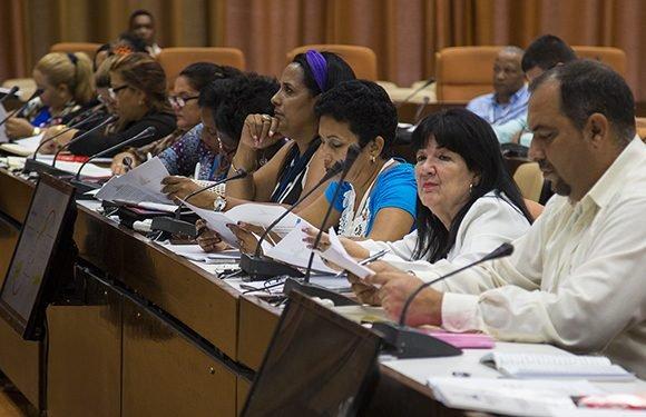 Los parlamentarios someterán hoy a escrutinio el dictamen de la Ley de Símbolos Nacionales. Foto: Irene Pérez/ Cubadebate.