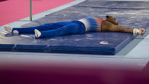 Randy Lerú cayó de la barra fija cuando realizaba una selección casi perfecta. Foto: Irene Pérez/ Cubadebate.