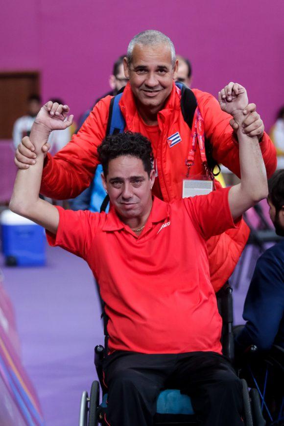 Yunier Fernández, de Cuba, celebra junto a su entrenador el triunfo en la final individual masculina de Para Tenis de Mesa en la Villa Deportiva Nacional (VIDENA) durante los VI Juegos Parapanamericanos Lima 2019. Foto: Calixto N. Llanes/Periódico JIT.
