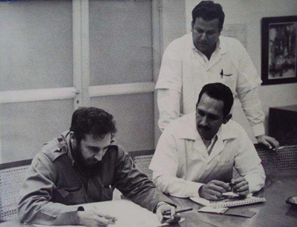 El Comandante en Jefe Fidel Castro en una de sus habituales visitas al CNIC, sentado a su lado aparece el doctor Wilfredo Torres Yríbar, quien dirigió la institución durante diez años. Foto: Granma.