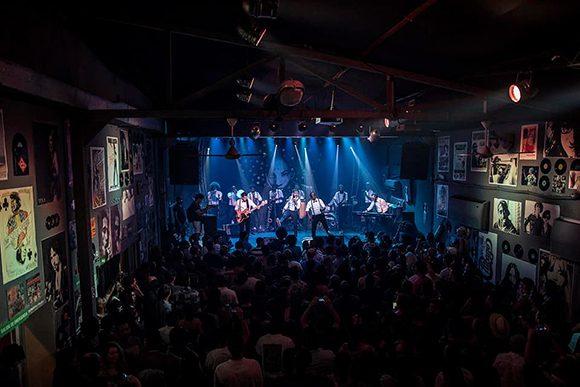 Usher, Dave Matthews Band y Smokey Robinson improvisando en nuestra nave 4 junto a X Alfonso, Kelvis Ochoa, Yasek Manzano y otros músicos cubanos. Foto: Fábrica de Arte Cubano.