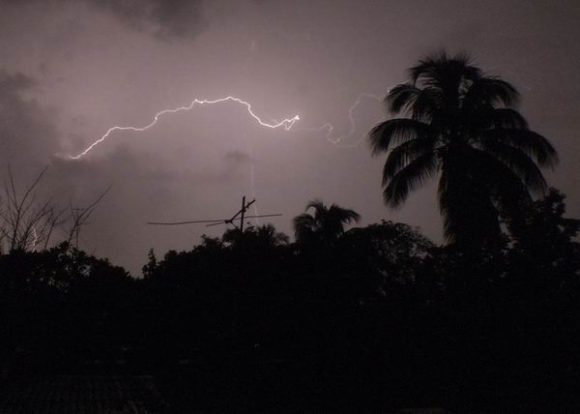 Lightning kills five Cubans at a beach