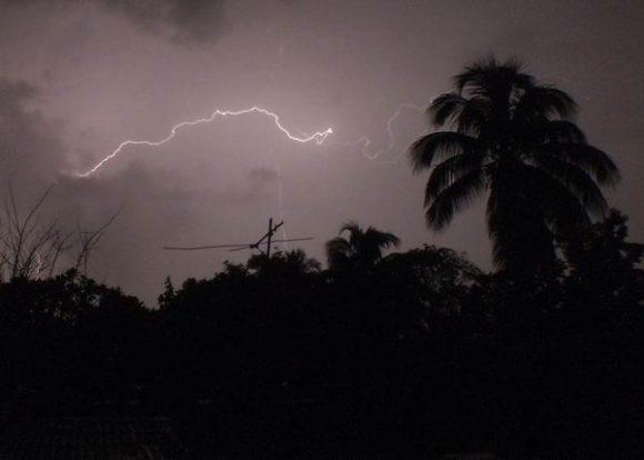 Lightning kills five Cubans at a beach