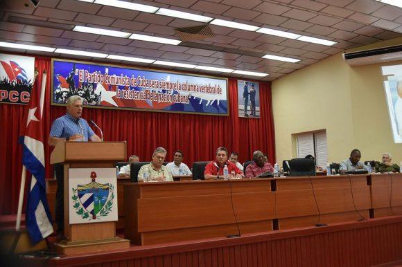 Presidente cubano, Miguel Diaz-Canel evalúa la implementación de estrategias para enfrentar la actual circunstancia energética que atraviesa el país. Foto: Estudios Revolución.