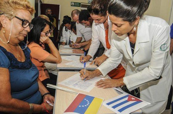 Cubanos continúan recolectando firmas en respaldo a Venezuela