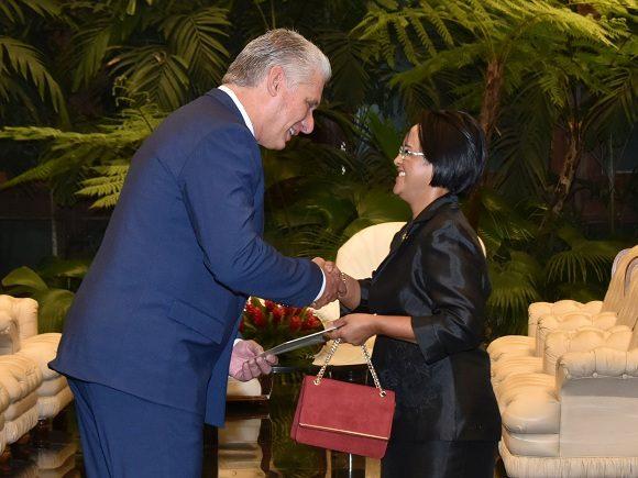 Recibe Díaz-Canel a la Excma. Sra. Excma. Sra. Harisoa Lalatiana Accouche, embajadora de la República de Seychelles. Foto: Estudios Revolución