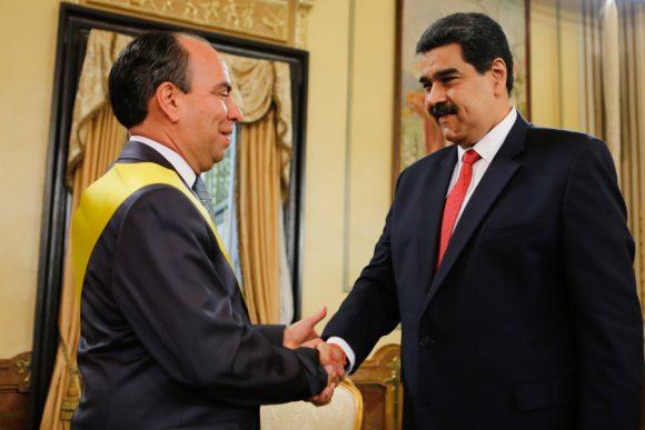 Nicolás Maduro condecora a embajador cubano en Venezuela