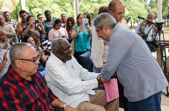 Iván Barreto Guedes, director general de Cinesoft agradece a Esteban Lazo Hernández durante la inauguración del Parque Tecnológico La Finca de los Monos. Foto: Marcelino Vázquez/ACN.