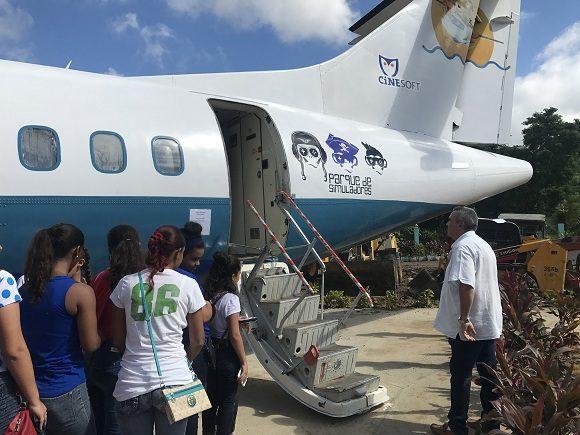 El avión permite experimentar cómo sería pilotearlo en un supuesto viaje Habana-Santiago y cuenta además en su interior con una heladería. Foto: Dinella García/Cubadebate.