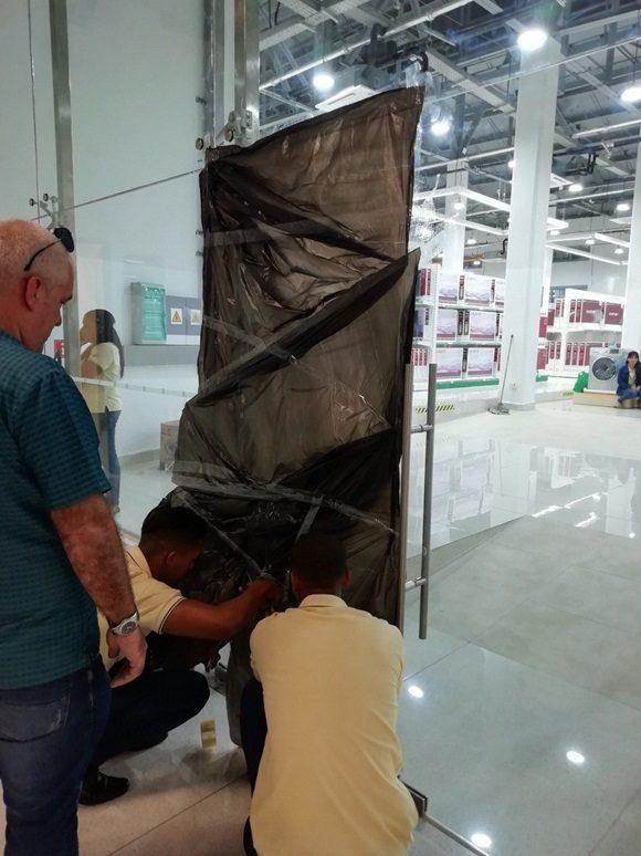 Un paño de puerta de cristal totalmente destruído. Foto: Cimex.