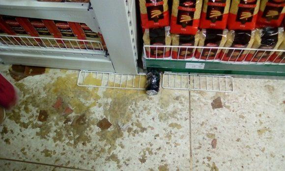 Varios productos fueron sustraídos y desparramados por los locales de Cuatro Caminos. Foto: Cimex.