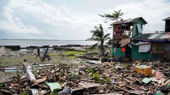 Muerte y destrucción provoca el tifón Úrsula en Filipinas