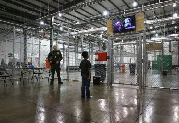 Miles de niños latinos pasan Navidad en jaulas por orden de Trump