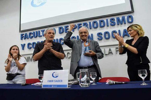 Recibe sociólogo brasileño Emir Sader premio Rodolfo Walsh