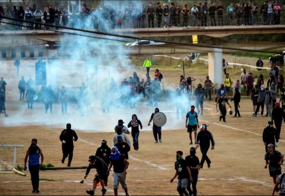 Las fuerzas de seguridad repelieron a los manifestantes con gases lacrimogenos.