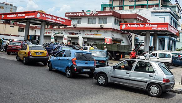 Implementará Cuba uso de tarjetas magnéticas para la compra de combustible