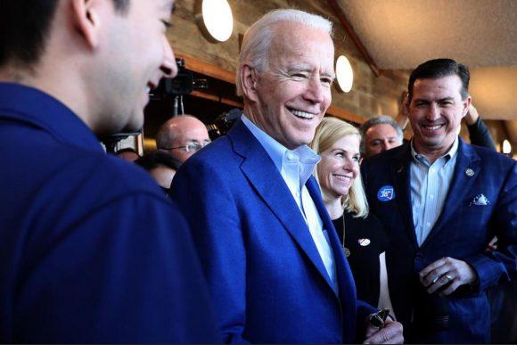 Biden le saca apenas una cabeza a Sanders en primarias del estado de Washington