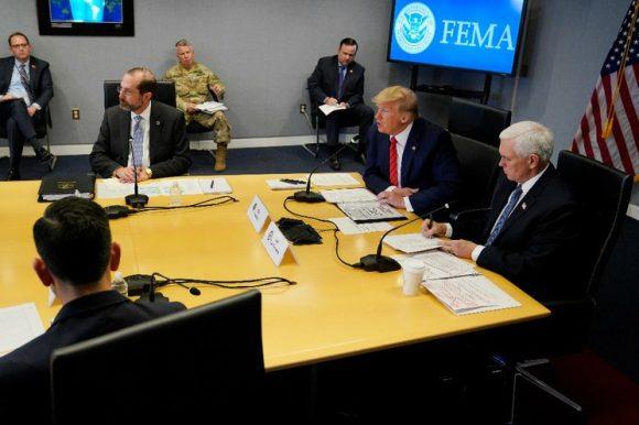 El presidente Donald Trump segundo desde la derecha habla durante una teleconferencia con gobernadores en la sede de la Agencia Federal para el Manejo de Emergencias. Foto Afp