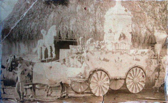 Fotografía más antigua que se conserva de una carroza. Corresponde a una Carroza de San Salvador de 1881