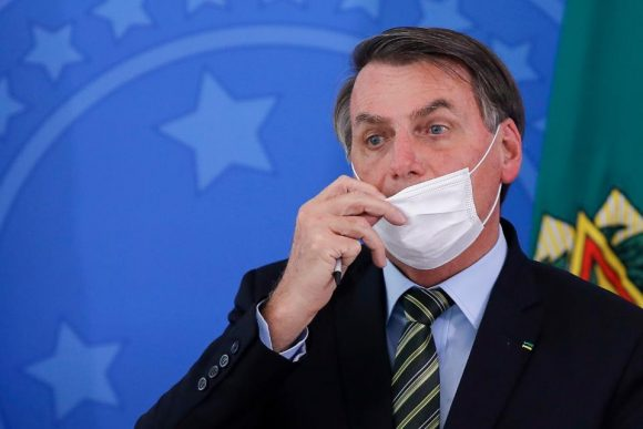 En un claro y abierto enfrentamiento con los gobernadores Jair Bolsonaro llamó a boicotear la cuarentena en Brasil. Foto: AP.