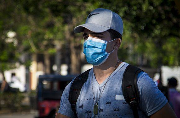Nasobucos en la calle, uno de los medios de protección ante la situación actual por la enfermedad COVID-19. Foto: Irene Pérez/ Cubadebate.