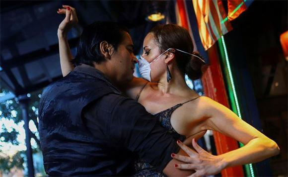 La imagen del día: Tango en tiempo de coronavirus, canales venecianos transparentes