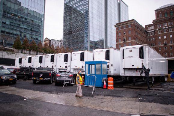 camiones refrigerados para guardar muertos de covid 19 nueva york eeuu