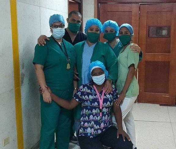 Regla Noylenis Balboa Reinoso (al centro) trabaja en la sala de terapia del Centro de Investigaciones Médico-Quirúrgicas (Cimeq), desde el año 2009. Foto: Cortesía de la entrevistada.