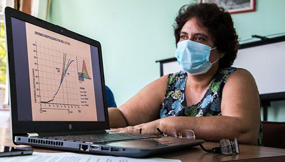 La Doctora en Ciencias apunta que el número reproductivo básico se calcula al inicio de la epidemia. Foto: Abel Padrón Padilla/Cubadebate