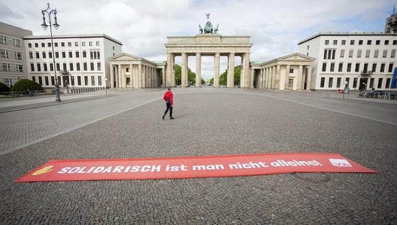 """Un cartel con la inscripción """"Uno no está solo en solidaridad"""" apareció frente a la Puerta de Branderburgo, en Berlín. Foto: Christoph Soede / AP"""