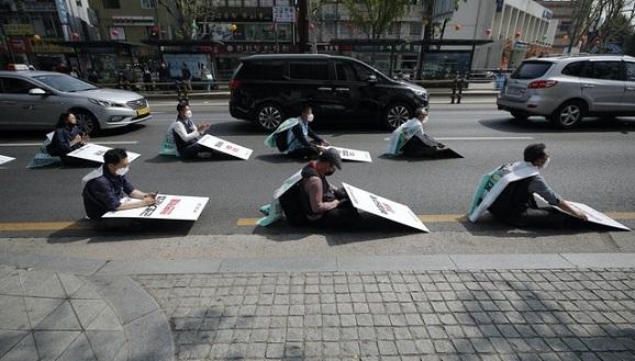 Así expresaron su protesta varios miembros de la Confederación de Trabajadores surcoreanos. Foto: Lee Jin-man / AP