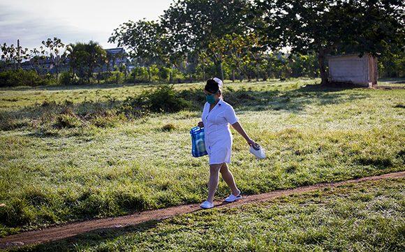 Una enfermera atraviesa un terreno de pelota improvisado para llegar al hospital provincial Comandante Pinares en San Cristóbal, Artemisa. Foto: Irene Pérez/ Cubadebate.