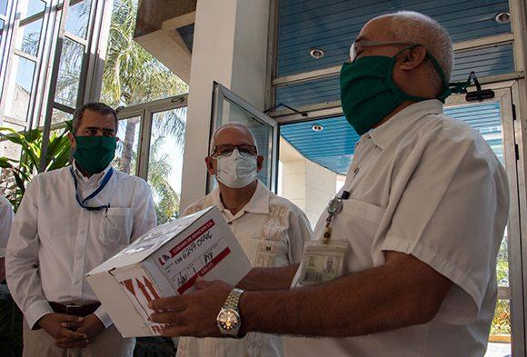 Entregan OPS y OMS a Cuba cien mil pruebas moleculares de PCR