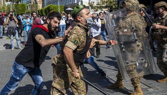 Protestas antigubernamentales cerca del Banco Central Libanés, en Beirut, Líbano. Foto: Hassan Ammar / AP