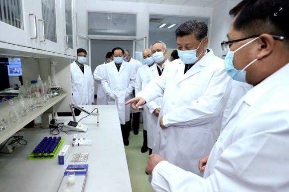 El presidente de China, Xi Jinping, visita un laboratorio que trabaja para lograr una vacuna contra el coronavirus. / EFE.