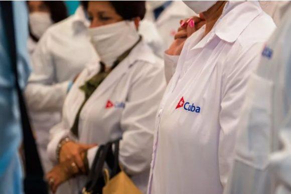 Medicos cubanos a su llegada a Martinica. Foto: AFP