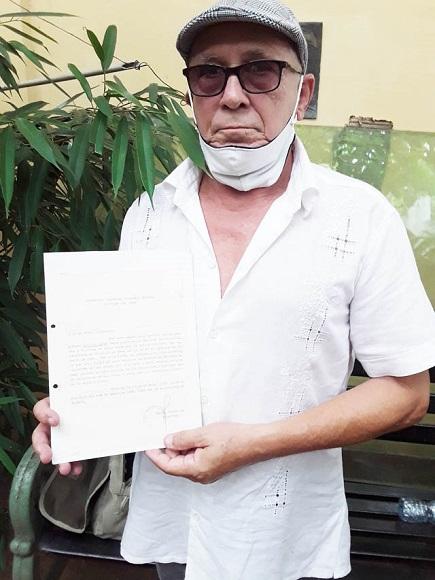 Agustín Mateo Pazos muestra el Hago Constar que reafirma su condición de fundador del Festival del Caribe