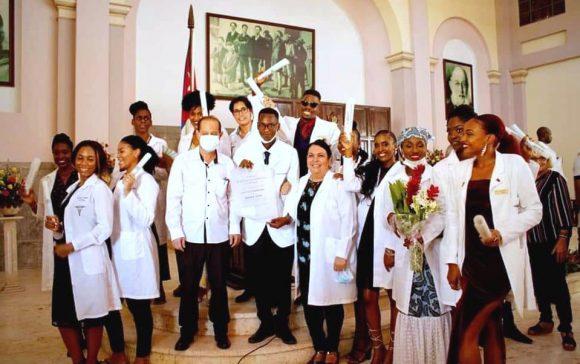 Nuevo grupo de estudiantes de medicina formados en Cuba arriba a Sudáfrica