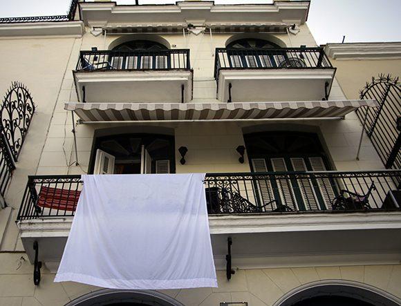 Sábanas blancas en los balcones rinden homenaje a Eusebio Leal. Foto: Abel Padrón Padilla/Cubadebate
