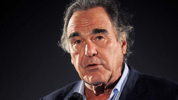 El cineasta Oliver Stone firmó la petición en línea para entregar el Nobel de la Paz a la brigada médica cubana Henry Reeve