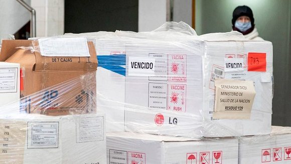 Hallan millones de vacunas vencidas, que el gobierno de Macri nunca entregó