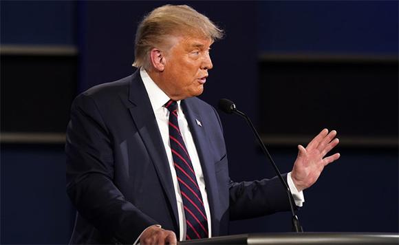 Trump evita condenar a supremacistas blancos y culpa a la izquierda de violencia