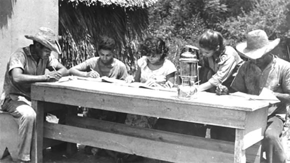 Los campesinos de la Ciénaga de Zapata fueron alfabetizados a la luz de un farol chino. Foto: ACN.