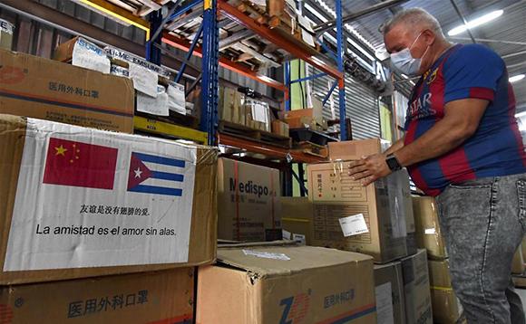 Insumos sanitarios donados a Cuba por el Gobierno chino para la lucha contra el nuevo coronavirus, en los almacenes de la Empresa de Suministros Médicos, en La Habana, el 9 de abril de 2020. Foto: Joaquín Hernández/Xinhua.